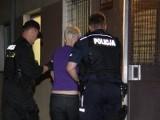 Pijana matka wezwała pomoc. Policja musiała interweniować, bo pijany ojciec był agresywny.
