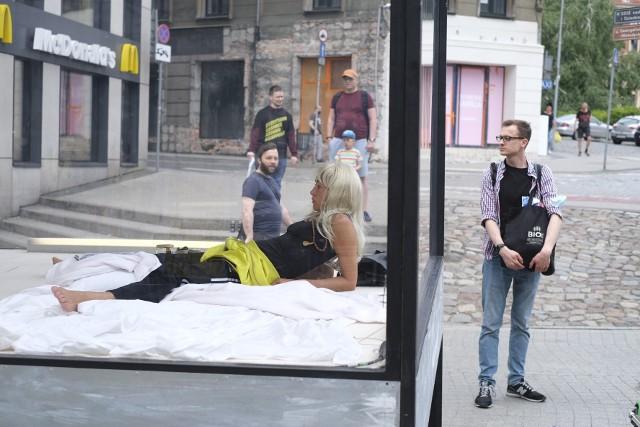 """Przy Starym Marychu w Poznaniu stanęła instalacja Katarzyny Borkowskiej i Fundacji Teatru """"Wyspiański"""". Od 6 rano, przez całą dobę, odizolowana w niej została aktorka, Kamila Baar. """"Będzie ona głosem kobiety, artystki, aktorki, która jest zniewolona oceniającym spojrzeniem przechodniów"""" – piszą organizatorzy. Zobacz więcej ---->"""
