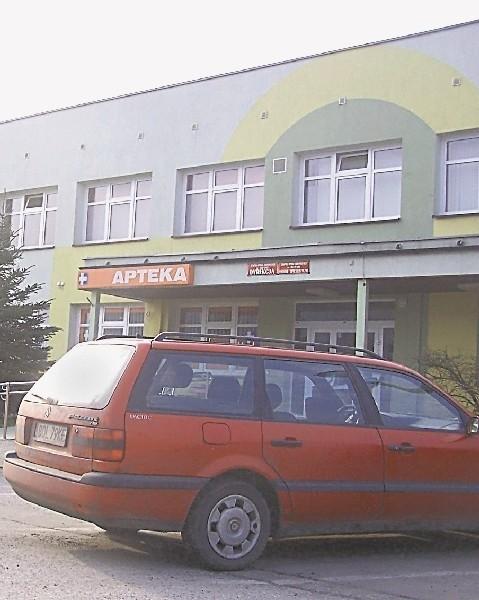 Parkowanie przy szpitalu w Oleśnie kosztuje 2,50 złotych. (fot. Mirosław Dragon)