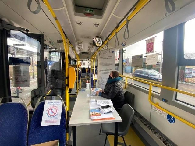 W specjalnym autobusie na mieszkańców Sosnowca czekali pracownicy urzędu, którzy doradzali i pomagali wypełniać wnioski