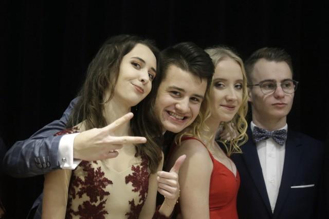 Zobacz, jak na studniówce 2020 bawili się maturzyści z IX Liceum Ogólnokształcącego w Rzeszowie! Impreza odbyła się w Hotelu Falcon. Więcej zdjęć z imprez studniówkowych znajdziesz w naszym serwisie: Studniówki na Podkarpaciu