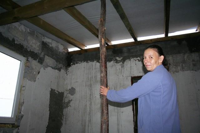- Zrobiliśmy wieniec i więźbę dachową, ale nie zdołamy uzbierać pieniędzy na blachę - martwi się Anna Gaweł (na zdjęciu)