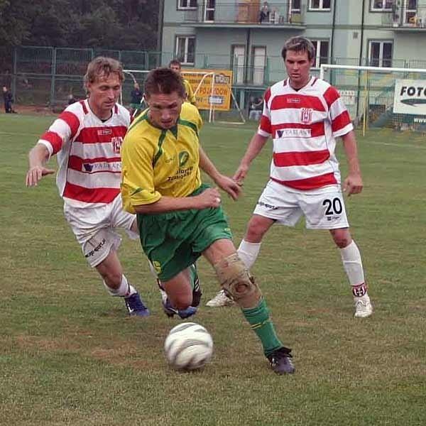 W jesiennym meczu w Tarnobrzegu górą była Siarka. Nz. o piłkę walczą Janusz Hynowski (w żółtej koszulce) i Artur Zieliński, z tyłu Bartłomiej Bogacz.