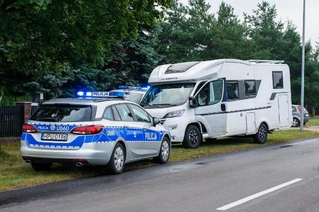 Wielkopolscy policjanci zatrzymali grupę złodziei kradnących kampery i inne samochody. Tymczasowo aresztowanych zostało aż dziewięć osób, w tym szefowie gangu. Na swoim koncie mogą mieć nawet 100 kradzieży aut.