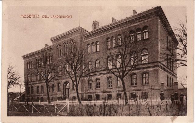 Sąd na archiwalnej pocztówce.