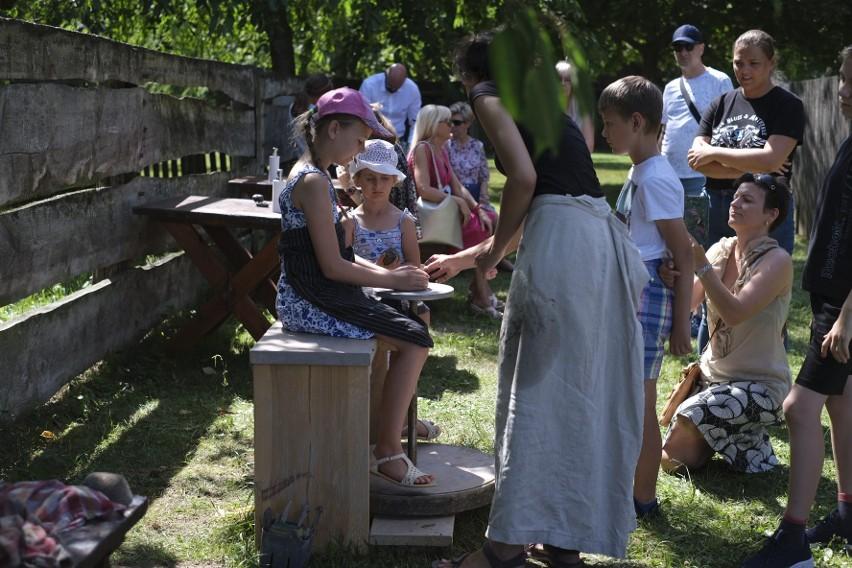 Pokazy garncarstwa przyciągnęły uwagę gości Lednicy