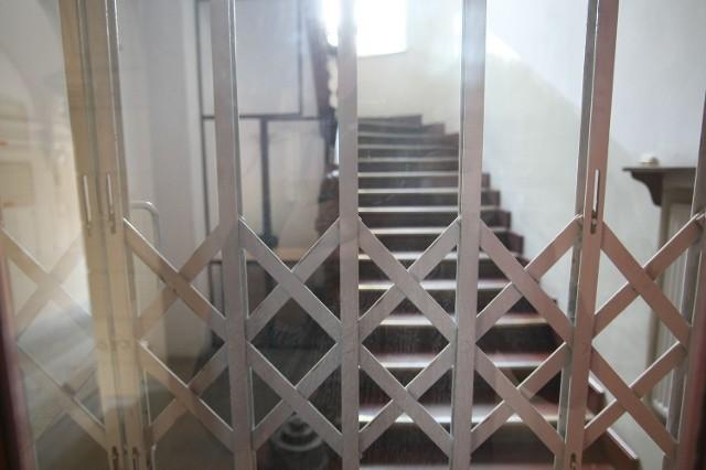 - Wejście do urzędu przez klatkę schodową przy ul. Piotrkowskiej 106 jest od poniedziałku zamknięte stalową kratą.