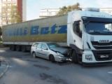 Wypadek na al. Politechniki w Łodzi. Zderzenie samochodu z ciężarówką. Nowe informacje policji 27.09.2021