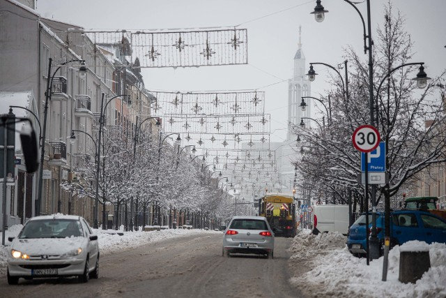 Badania wykazały, że w Białymstoku (ze średnią ogólną 2616 bakterii) najbardziej trzeba się obawiać powierzchni na wózkach w sklepach spożywczych (1000 bakterii) i w komunikacji miejskiej (800 bakterii). Na bankomatach i w galerii handlowej znaleziono 400 bakterii, zaś najmniej - tylko 16 bakterii (najlepszy wynik w Polsce) - stwierdzono na wymazie pobranym na dworcu kolejowym.