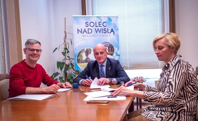 Umowę podpisali od lewej: Bernard Wójcik z Zakładu Usług Studziennych z Kielc, burmistrz Marek Szymczyk i skarbnik Ewa Sikorska.