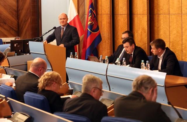 Prezydent Szczecina (na mównicy) do radnych: Uprawiacie politykę, a to najlepiej przygotowany i skonsultowany budżet