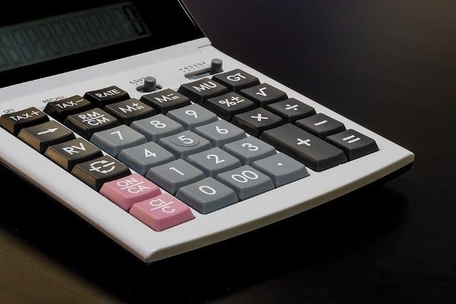 KalkulatorTradycyjny kalkulator pomoże obliczyć spodziewane koszty remontu. Specjalny kalkulator w wersji internetowej zrobi to jednak szybciej.