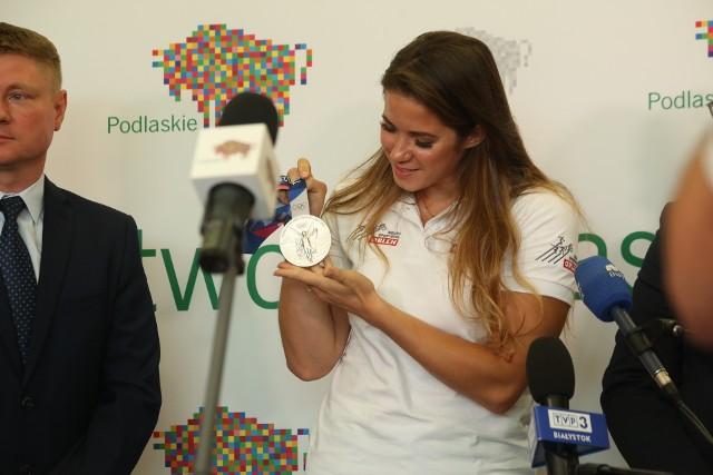 Maria Andrejczyk jest nie tylko wspaniałą lekkoatletką. Wicemistrzyni olimpijska zdecydowała się przekazać swój medal olimpijski na zbiórkę małego Miłosza. W piątek spotkała się z marszałkiem Arturem Kosickim.