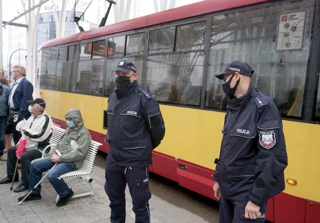 """Tylko jedna trzecia pasażerów MPK w Łodzi używa maseczek ochronnych. Dane te zatrważają i biją na alarm. Wprawdzie kontrolerzy apelują do pasażerów, aby zakładali maseczki, jednak ich prośby przypominają rzucanie grochem o ścianę. Do akcji wkroczyła łódzka policja! Czytaj dalej na kolejnym slajdzie: kliknij strzałkę """"w prawo"""", lub skorzystaj z niej na klawiaturze komputera."""