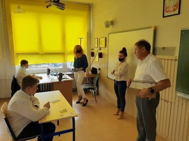 W Szkole Podstawowej nr 1 w Sandomierz wszyscy uczniowie pisali egzamin z języka angielskiego. Arkusze rozdaje dyrektor szkoły Waldemar Gosek.
