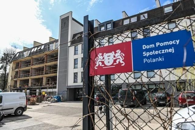 """W Domu Pomocy Społecznej """"Polanki"""" w Gdańsku cały czas zakażonych koronawirusem jest 45 podopiecznych oraz 24 pracowników."""
