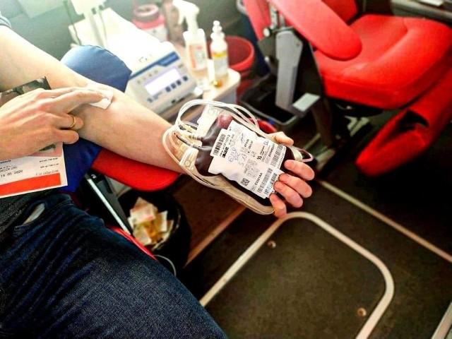 Podlascy policjanci oddali krew w Białymstoku, aby pomóc choremu koledze. Aż 15 litrów
