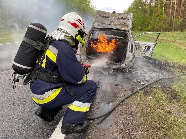 W akcji strażacy OSP Solec Kujawski. Działania druhów utrudniał fakt, że w płonącym samochodzie znajdowała się instalacja gazowa