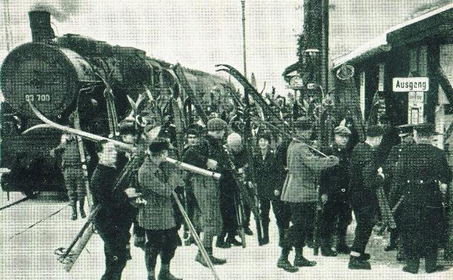Tłumy mieszczuchów spragnionych zimowych atrakcji na stacji kolejowej w Walimiu w latach 20. XX wieku