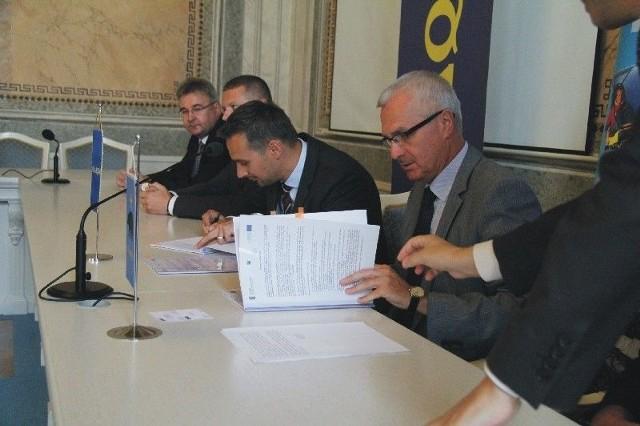 Umowę podpisali prezydenta Przemyśla Robert Choma i Marek Sobiecki, pierwszy wiceprezes Pol Aqua.