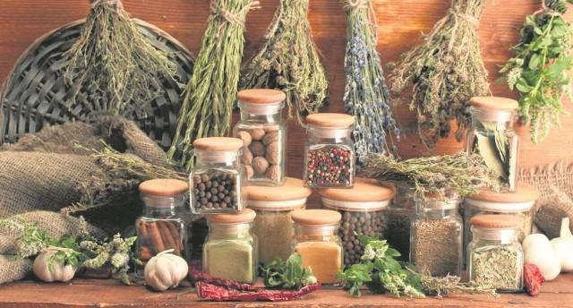 Przyrządzając posiłki korzystajmy z ziół i przypraw. Urozmaicimy potrawy i podkręcimy metabolizm