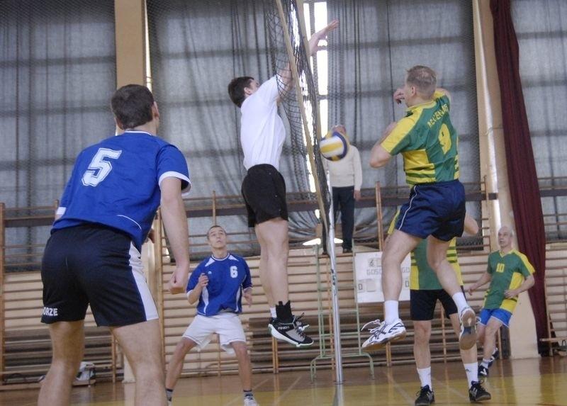 Siatkarze amtorzy grają w hali ZSO nr 3 przy ul. Zaborowskiej. Z prawej gracze Mecenasa.