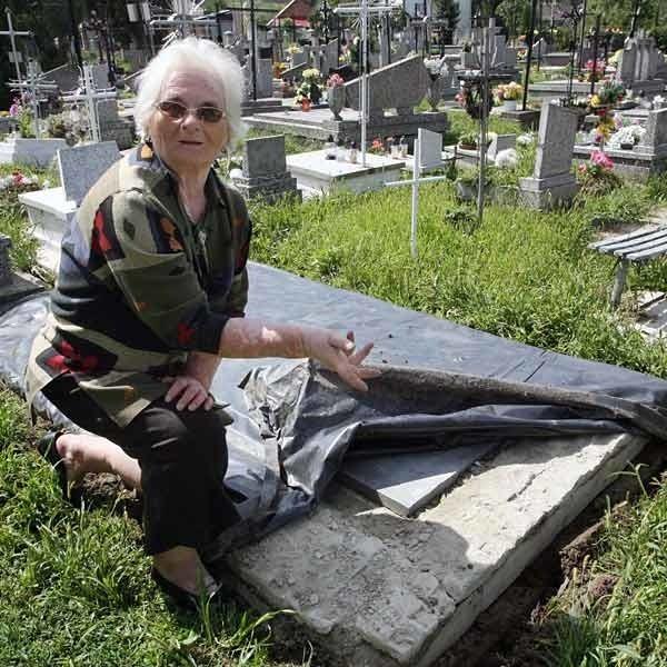 Rodzina Marii Rak folią zabezpieczyła grób przed wodą