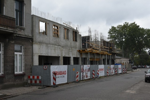 Przy ul. 6 Sierpnia 72 trwa budowa wysokiego na 4 piętra budynku, który wznosi grupa inwestorów skupiona w powołanej w tym celu  spółce komandytowej.CZYTAJ WIĘCEJ NA NASTĘPNEJ STRONIE