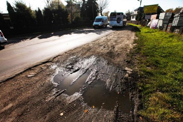 Kraków, ul. Kocmyrzowska, dziurawa droga, która od lat czeka na remont. Miał być powiązany z rozbudowa tej ważnej arterii, ale sprawa ugrzęzła w miejscu. Cierpią na tym kierowcy.