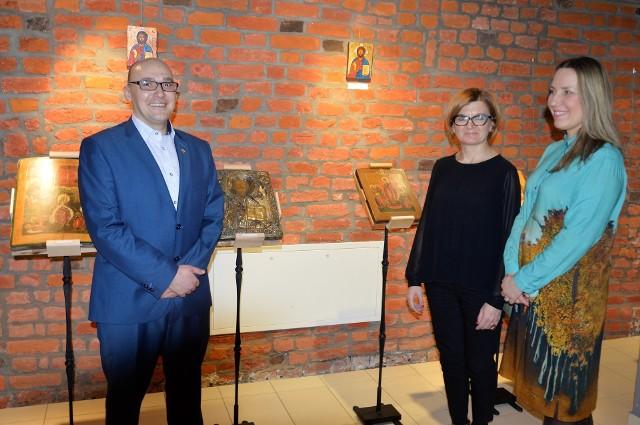 Przed otwarciem wystawy na zdjęciu od lewej:Hubert Kampa, Joanna Kardasińska oraz Magdalena Poprawka.