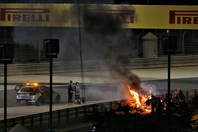 Koszmarny wypadek w Formule 1. Kierowca uciekł z płonącego bolidu, złamanego na pół!