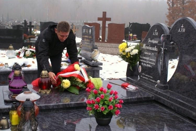 Wojewoda i służby mundurowe złożyli kwiaty na grobach ofiar katastrofy w Smoleńsku (zdjęcia)