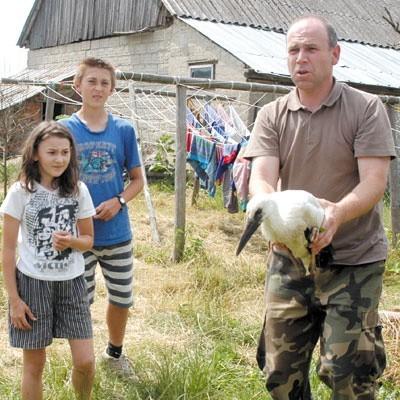 Rannym boćkiem zajmowały się dzieci państwa Chmielewskich z Mścich (z lewej). Odebrał go Artur Wiatr z BPN (z prawej).