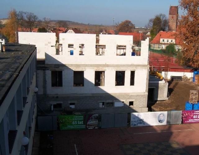 Nowy budynek szkoły ma zostać oddany uczniom dopiero w grudniu. Rodzicom nie podoba się ten pomysł wójta