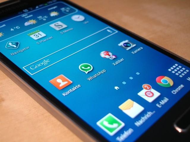 Codziennie instalujemy na naszych telefonach wiele przydatnych nam aplikacji. Poza dostępami do kont społecznościowych czy komunikatorów, mamy także podpięte konta bankowe czy dostęp do służbowej poczty. Z pewnością każdy z nas nie chce, aby dane, które posiada nasz smartfon wyciekły. Niestety oszuści coraz częściej próbują zyskać dostęp do naszych wrażliwych danych, które posiadamy zapisane w naszych telefonach. Szczegóły na kolejnych zdjęciach >>>
