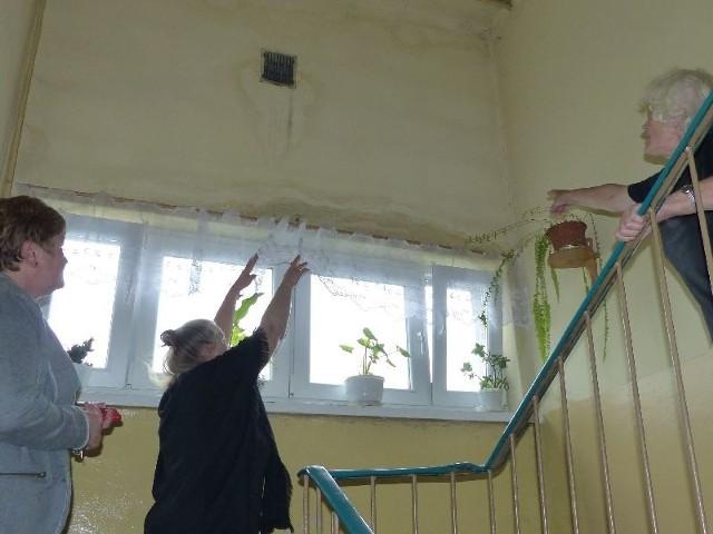 Jak ostatnio popadało, lało się od sufitu aż po sam parter, widać zacieki - pokazują mieszkanki bloku.