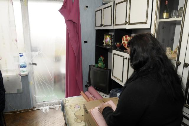 Mieszkanie bez okienPrzewiew i zimno. Tak teraz w mieszkaniu ma wdowa (na zdjęciu) i jej syn.