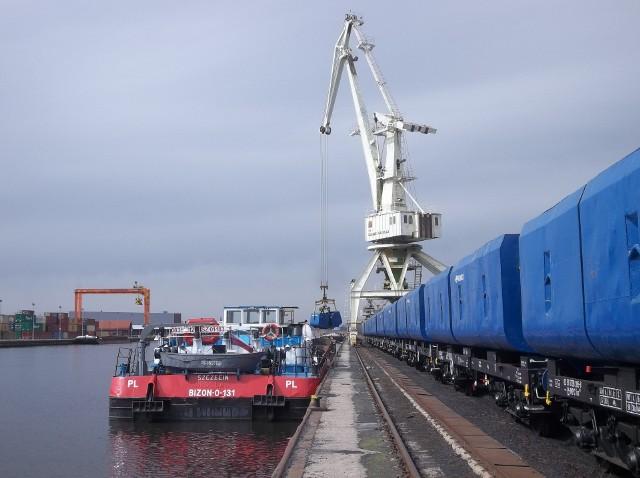 Po przeładunku z wagonów na barki w Śląskim Centrum Logistyki S.A. w Gliwicachsurowiec jeszcze w środę wyruszy Kanałem Gliwickim do Wrocławia.