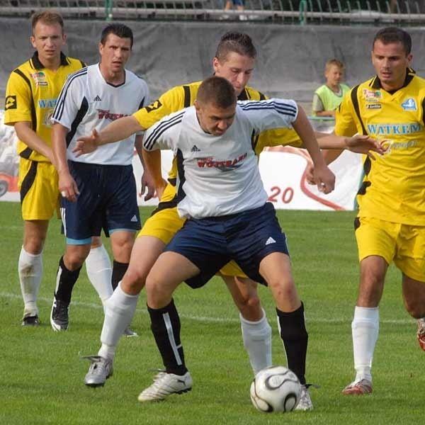 Piłkarze Naprzodu Jędrzejów napsuli Stali wiele krwi. Na szczęście nasz zespół okazał się dość skuteczny i zaksięgował pierwszy komplet punktów w sezonie.