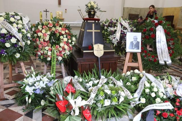 """Pogrzeb mec. Michała Gąseckiego - łódzkiego znanego adwokata znanego m.in. z uczestnictwa w procesach lódzkiej """"Ośmiornicy"""" i pseudokibiców - odbył się w środę, 6 maja, na cmentarzu przy ul. Ogrodowej w Łodzi.ZOBACZ ZDJĘCIA Z POGRZEBU ŁÓDZKIEGO ADWOKATA >>>>"""