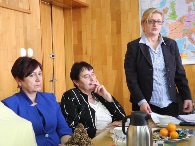 Mirosława Babul, dyrektorka (stoi): – Nie wiem, czy uda nam się uratować szkołę.