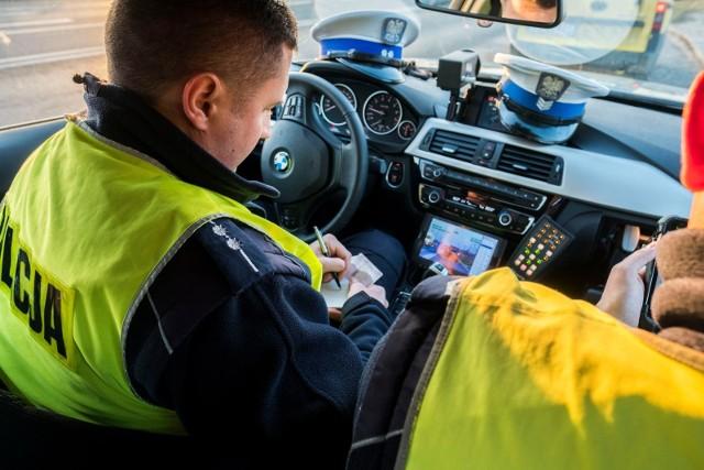 Dziś zaczynają obowiązywać nowe zasady podczas kontroli samochodów przez policję. Jak teraz będzie wyglądała kontrola drogówki? Zobacz najważniejsze zmiany na kolejnych slajdach - posługuj się klawiszami strzałek, myszką lub gestami.