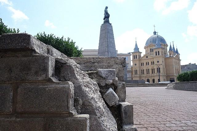 Plac Wolności. Wizytówka miasta z pomnikiem Tadeusza Kościuszki i sypiącymi się klombami z cegieł. Od lat mówi się o przebudowie placu, były już liczne wizualizacje z przełożeniem torów w północną część placu i przesunięciem pomnika Kościuszki, ale na wizualizacjach się skończyło.Zobacz ZDJĘCIA na kolejnych slajdach