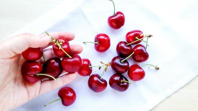 Czereśnie można odróżnić od wiśni m.in. na podstawie większych rozmiarów i sercowatego kształtu owoców.
