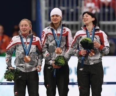 Brązowe medalistki biegu drużynowego, od lewej: Luiza Złotkowska, Katarzyna Woźniak, Katarzyna Bachleda-Curuś Fot. PAP/EPA/Friso Gentsch
