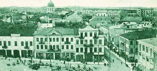 Na rogu Lipowej i Rynku historyczny słup, na którym zawisła pierwsza w mieście reklama świetlna. Widok z około 1916 roku.