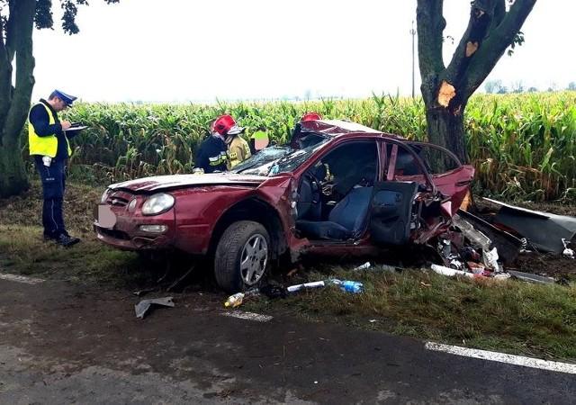 W pierwszym półroczu 2020 roku na wielkopolskich drogach doszło do 1292 wypadków, w których zginęły 92 osoby, zaś 1503 zostały ranne. Policjanci nie mają wątpliwości, że najczęstszą przyczyną wypadków, w tym śmiertelnych, jest nadmierna prędkość oraz brawura. Z kolei jazda pod wpływem alkoholu niejednokrotnie kończy się tragicznie.– Głównymi przyczynami śmiertelnych wypadków drogowych są nadmierna prędkość, brawura lub jazda pod wpływem alkoholu. Jeśli jest prosty odcinek drogi, na którym nie ma żadnych przeszkód i jest on rzadko uczęszczany, to nic nie powinno się wydarzyć. A kiedy kierowca wypada na nim z trasy i np. uderza w drzewo lub wypada z niewielkiego łuku, to stoi za tym najczęściej nadmierna prędkość, alkohol czy brawura – mówi Piotr Garstka z biura prasowego wielkopolskiej policji.Na zdjęciu: Do tragicznego wypadku doszło 31 sierpnia w miejscowości Czyściec na drodze wojewódzkiej numer 306 między Lipnicą a Sękowem (pow. szamotulski). Samochód uderzył w drzewo. Przejdź do kolejnego zdjęcia --->