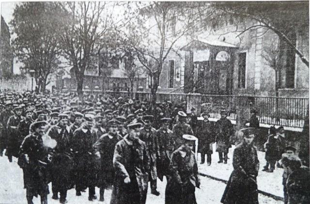 11 listopada Polakom w Bydgoszczy nie przyniósł niepodległości, lecz rewolucyjne wrzenie. 9 listopada zbuntował się niemiecki garnizon wojskowy w mieście. Żołnierze rozbroili żandarmów i uwolnili więźniów.10 listopada wyszli z koszar i przemaszerowali ulicami miasta - co widzimy na zdjęciu.