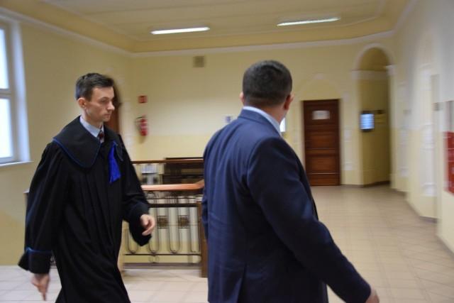 Andrzej K. z adwokatem przed rozprawą w Sądzie Rejonowym w Oleśnie. Były dyrektor jest oskarżony o poświadczanie nieprawdy w dokumentach szkolnych dla osiągnięcia korzyści.