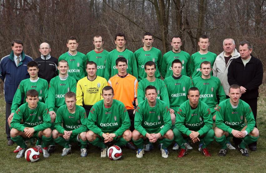III-ligowy zespół Okocimskiego Brzesko z sezonu 2007/08. Sergiusz Kostecki (w środkowym rzędzie piąty z lewej).